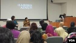 """Mantan Presiden BJ Habibie menjawab pertanyaan penonton usai pemutaran film """"Habibie & Ainun"""" di Washington, DC (foto: VOA)."""