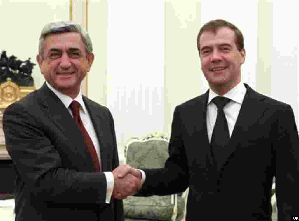 Russia's President Dmitry Medvedev, right, shakes hands with his Armenian counterpart Serge Sarkisian during their meeting at the Kremlin in Moscow, Wednesday, Nov. 17, 2010. (AP photo/RIA Novosti, Vladimir Rodionov, Presidential Press Service)