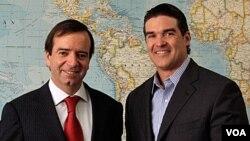 Arturo Fermandois (izq.), embajador de Chile, conversó sobre el futuro de los 33 mineros rescatados con el director de la división latinoamericana de la Voz de América, Alberto Mascaró.
