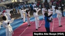 Lors d'un cours de karaté, dans la banlieue de Dakar, à Guédiawaye, le 12 décembre 2019. (VOA/Seydine Aba Gueye)