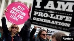 """2 pannkat kòt-a-kòt: Youn """"Pro-Life Generation"""" ou pou lavi (adwat), e lòt la pou avòtman (Keep Abortion Safe and Legal) ou dwa pou fanm gen libète chwazi."""
