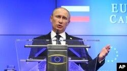 AB-Rusya Zirvesi'ne katılan Rusya Devlet Başkanı Vladimir Putin, yumuşak uslupla da olsa yaptığı sert içerikli çıkışlarla dikkat çekti.
