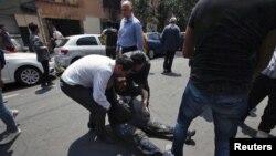 Wananchi wakisaidiana kumuondoa mtu aliyejeruhiwa katika tetemeko la ardhi Mexico City