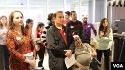 ہاورڈ کاؤنٹی مسلم کونسل کے رضاکار مریضوں کی عیادت کرتے ہوئے