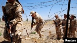 Pejuang perempuan Kurdi Peshmerga dalam latihan militer untuk melawan Negara Islam (ISIS) (18/9). (Reuters/Ahmad Jadallah)