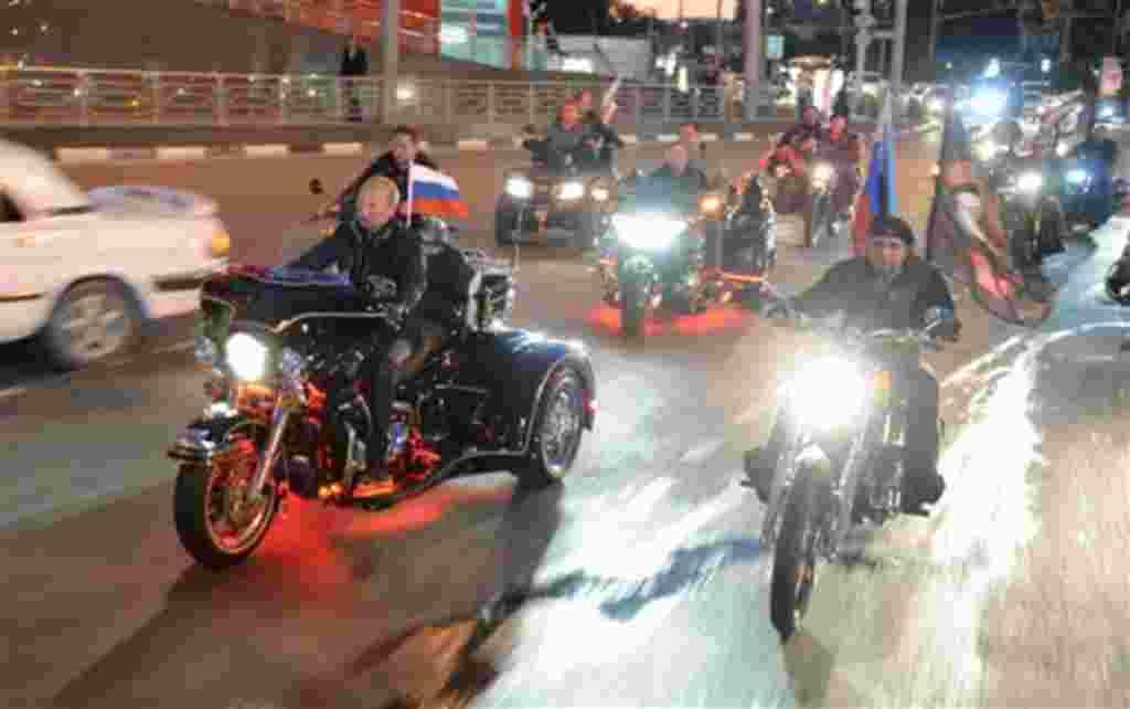 Vladimir Putin tom'o parte de un festival en el puerto del Mar Negro de Novorossiysk, Rusia, conduciendo su Harley Davidson.