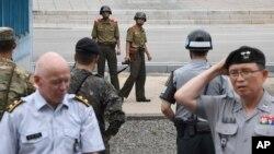 정전협정 64주년인 지난 7월일 판문점에서 북한 병사들이 정전기념행사에 참석한 참전국 대표단 등 남쪽을 관찰하고 있다.