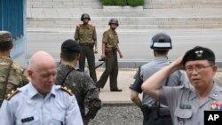 정전협정 64주년을 맞은 지난 7월 27일 판문점에서 북한 병사들이 정전기념행사에 참석한 참전국 대표단 등 남쪽을 관찰하고 있다. (자료사진)
