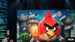 La actriz estadounidense Lisa Kudrow presenta a Angry Birds como el mejor juego de celular en la decimoquinta entrega de los Webby.