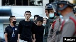 Pimpinan Pro-demokrasi Tattep Ruangprapaikitseree dan Panumas Singprom, berjalan menemui awak media di luar pengadilan pidana di Bangkok, Thailand, 26 Agustus 2020. (REUTERS / Soe Zeya Tun)