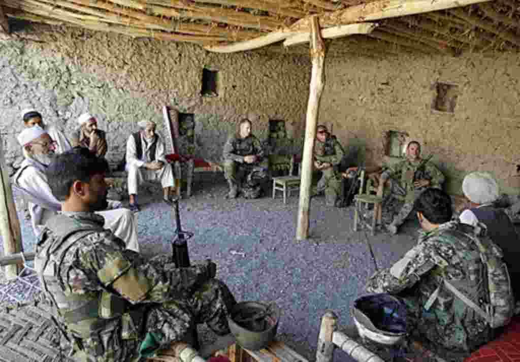 Soldados estadounidenses y afganos realizan jornadas de integración con los residentes del valle de Walay, en la frontera entre Afganistán y Pakistán.