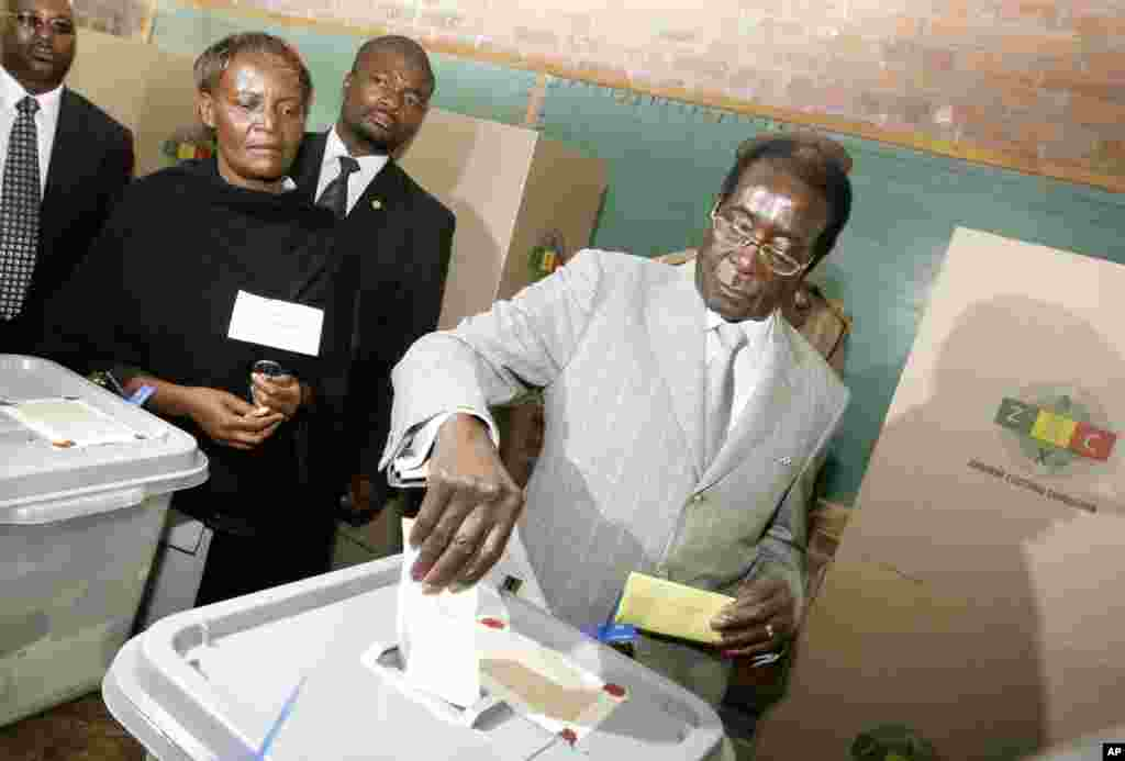 Zimbabwe's President Robert Mugabe, casts his vote on election day in Harare, Zimbabwe, March 29, 2008.