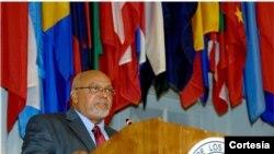 El presidente Donald Ramotar fue recibido por el secretario de Asuntos Jurídicos de la OEA, Jean Michel Arrighi y el Secretario General Adjunto, Albert Ramdin. [Foto: OEA]