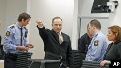 ေနာ္ေ၀းႏိုင္ငံသား အန္ဒေရး ဘာရင္ ဘရယ္ဗစ္ (Anders Behring Breivik) တရားခြင္သုိ႔ မဝင္ေရာက္ခင္ လက္သီးဆုပ္လိုက္ပံု။၊ ေအာ္စလို၊ ေနာ္ေဝး။ ဧၿပီ ၁၆၊ ၂၀၁၂။