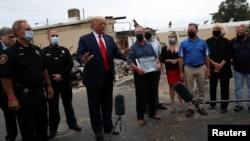 Presiden AS Donald Trump berbicara kepada media saat berkunjung di Kenosha, Wisconsin, Selasa (1/9).