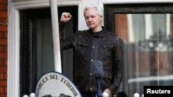 pendiri WikiLeaks, Julian Assange, berdiri di balkon Kedutaan Ekuador di London, Inggris untuk menyalami pendukungya (foto: dok).