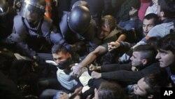 Cảnh sát Tây Ban Nha đụng độ với người biểu tình tại Madrid