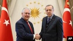 El secretario de Estado de EE.UU., Rex Tillerson (izquierda) estrecha la mano del presidente truco, Recep Tayyip Erdogan, antes de su reunión en Ankara, Turquía, el jueves, 30 de marzo, de 2017.