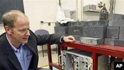 미국 서부의 방사능을 측정하는 핵 전문가