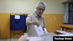 그리스 유권자가 조기총선 투표에 참여하고 있다. (사진=연합뉴스)