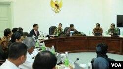 Presiden Joko Widodo memimpin rapat terbatas di Kantor Presiden di Jakarta, Rabu 16 Desember 2015 (courtesy: Biro Pers Setpres).
