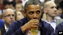 La cerveza de la Casa Blanca ofrece dos variedades: rubia y negra.