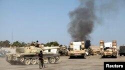 Khói bốc lên từ trụ sở Lữ đoàn Qaqaa, một doanh trại cũ của quân đội Libya, sau những trận giao tranh giữa các phần tử chủ chiến tại đường Sawani, Tripoli, 24/8/2014.