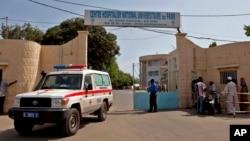 Xe cứu thương rời khỏi Bệnh viện Fann, nơi 1 sinh viên đang được điều trị vì nhiễm virus Ebola, ở Dakar, Senegal, 29/8/2014.