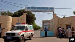 Ambulans meninggalkan rumah sakit di Dakar, Senegal, tempat seorang pria dirawat karena menderita gejala-gejala Ebola (29/8). (AP/Jane Hahn)