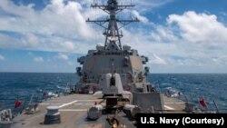 """美国海军导弹驱逐舰""""马斯廷""""号8月18日航行经过台湾海峡。(图片来源:美国海军太平洋舰队脸书)"""