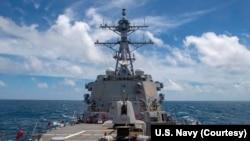 """美國海軍導彈驅逐艦""""馬斯廷""""號8月18日航行經過台灣海峽。 (圖片來源:美國海軍太平洋艦隊臉書)"""