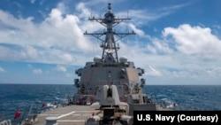 """美國海軍導彈驅逐艦""""馬斯廷""""號8月18日航行經過台灣海峽。(圖片來源:美國海軍太平洋艦隊臉書)"""