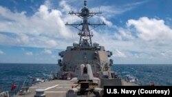 Tàu USS Mustin của Mỹ đi qua eo biển Đài Loan hồi tháng 8/2020 (ảnh tư liệu)