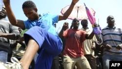5일 남아공 루스텐베르스 광산에서 시위를 벌이는 앵글로 아메리칸 플래티넘 광원들