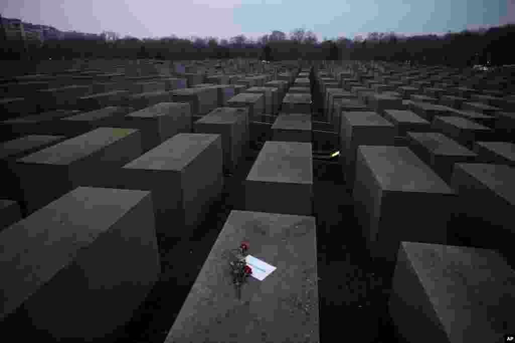 """Beynəlxalq Holokost Anım Günündə Holokost Memorialına """"#weremember"""" yazısı və güllər qoyulur, Berlin, Almaniya, 27 yanvar 2021."""