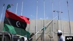 Zastava Prelaznog nacionalnog saveta se vije dok pobunjenici skidaju zelenu zastavu Gadafijevog režima na trgu Abu Salim u Tripoliju, 26. avgust 2011.