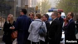 2014年4月8日,當中國人權律師丁家喜在北京市海淀區法院受審的時候,外國外交官站在法院外面資料照。