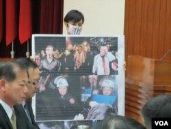 台湾在野党民进党立委邱议瑩表达无言抗议 (美国之音张永泰拍摄)