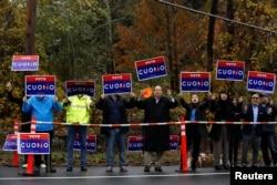 앤드루 쿠오모 뉴욕 주지사의 지지자들이 6일 마운트키스코의 도로변에서 앤드루 후보의 재선을 응원하는 구호를 들고 있다.