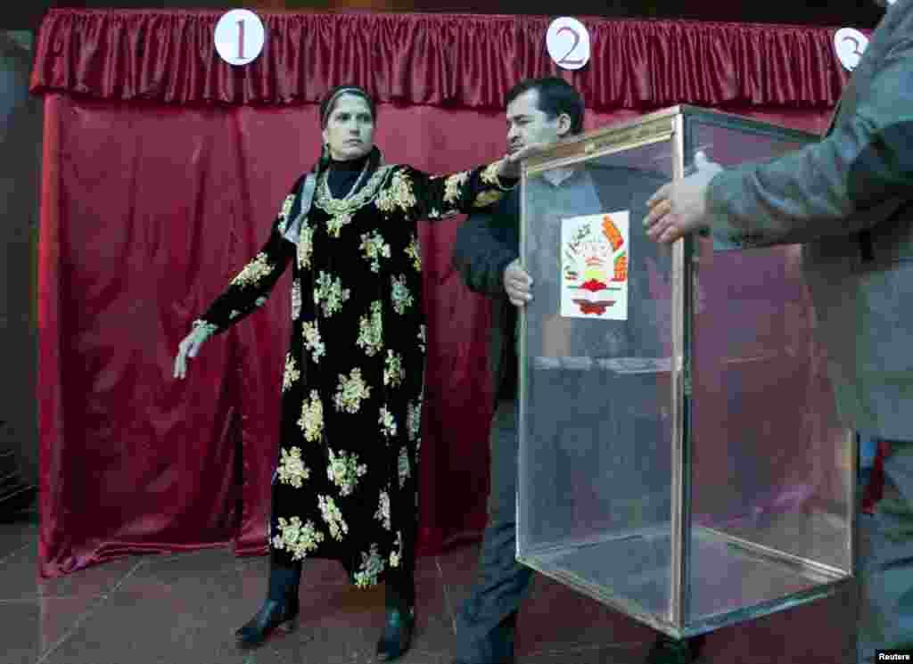 Electoral officials carry a ballot box at a polling station in Dushanbe, Nov. 1, 2013.