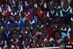 Crowds listen to Pope Francis at Kasarani Stadium, Nairobi, Nov. 27, 2015. (L. Rugava/VOA)