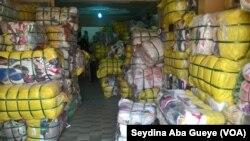 Un magasin grossiste à Colobane,17 juin 2017. (VOA/ Seydina Aba Gueye)