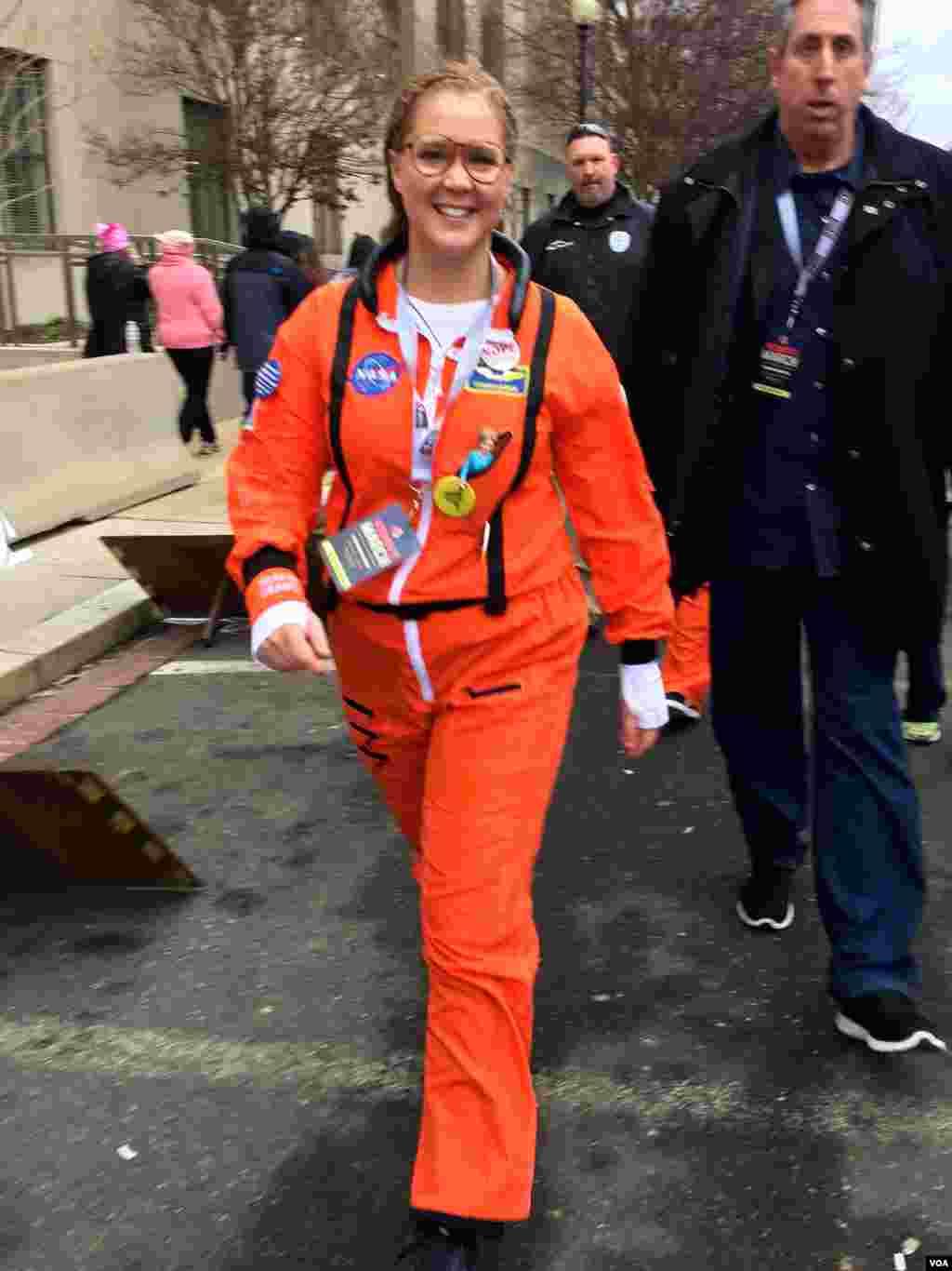 미국의 배우이자 코미디언 애이미 슈머가 워싱턴 DC에서 열린 '여성 행진' 행사에 참가했다.