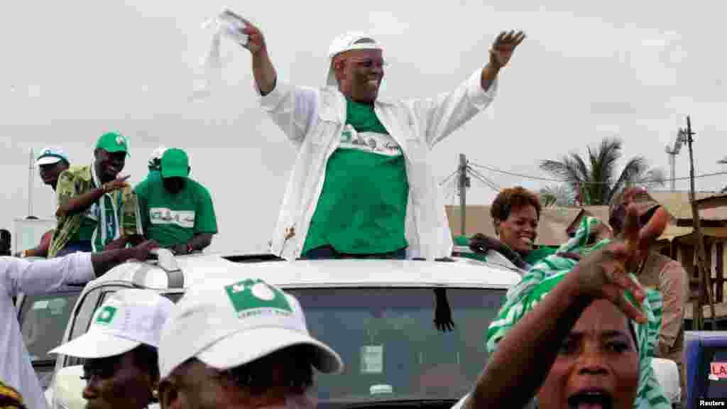 Charles Walker Brumskine, candidat à la présidentielle du Libéria 2017 et chef du Parti de la Liberté (LP), salue ses partisans lors d'un rassemblement de campagne à Monrovia, au Libéria, le 8 octobre 2017.