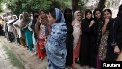 투표권을 행사하기 위해 줄을 서있는 파키스탄 여성유권자들