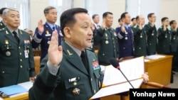 이순진 한국 합참의장과 한국군 장성들이 7일 국회에서 열린 국회 국방위 국정감사에 앞서 증인선서를 하고 있다.