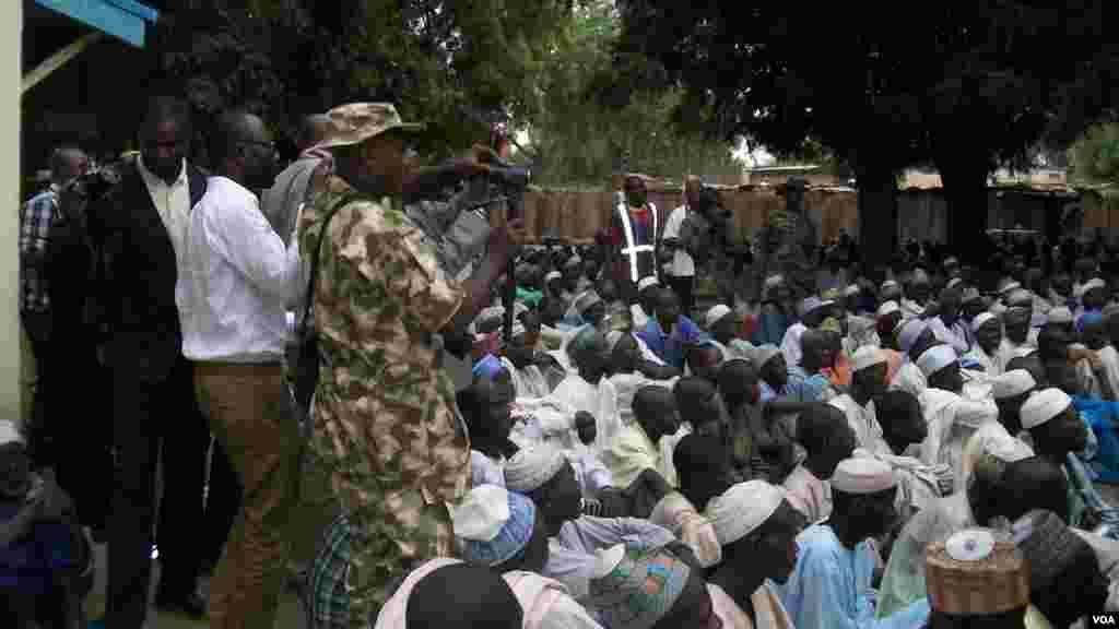 'Yan gudun hijirar da suka hallara domin ganawa da manyan baki a garin Bama, Jihar Borno