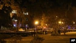 Polisi tengah memeriksa lokasi insiden penembakan di perpustakaan Strozier, di kampus universitas negara bagian Florida, Tallahassee (20/11).
