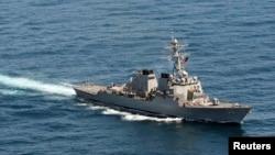 """美国海军""""麦凯恩号""""导弹驱逐舰。(资料照片)"""