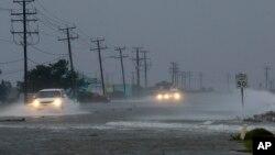 Una carretera en Nags Head, Carolina del Norte, inundada por las lluvias asociadas al huracán Arthur.